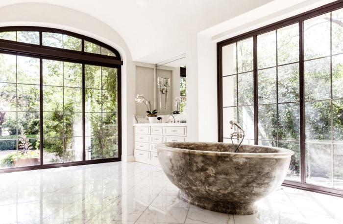Роскошная ванная с большими классическими окнами.