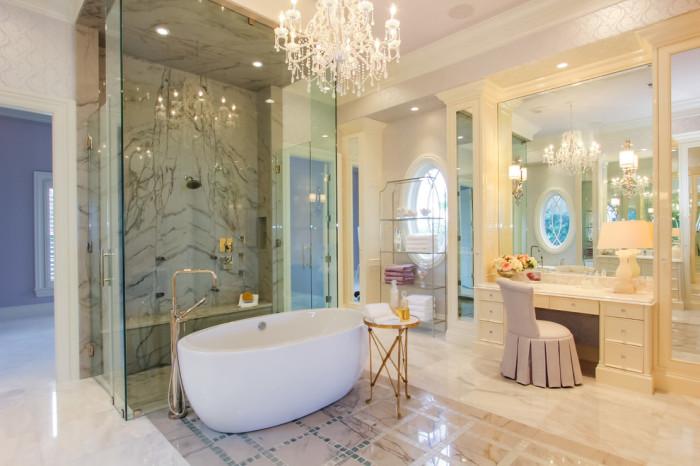 Туалетный столик создает роскошный вид ванной комнаты.