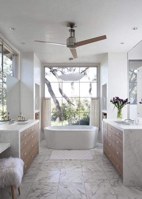 Потрясающая наполненная светом ванная комната, выполненная в белом цвете.