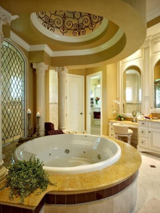Роскошная круглая ванна.