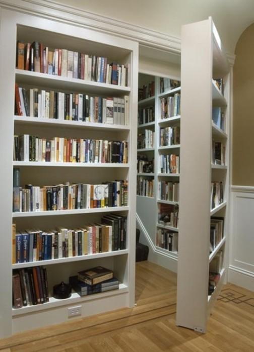 Книжный шкаф в качестве потайной двери.