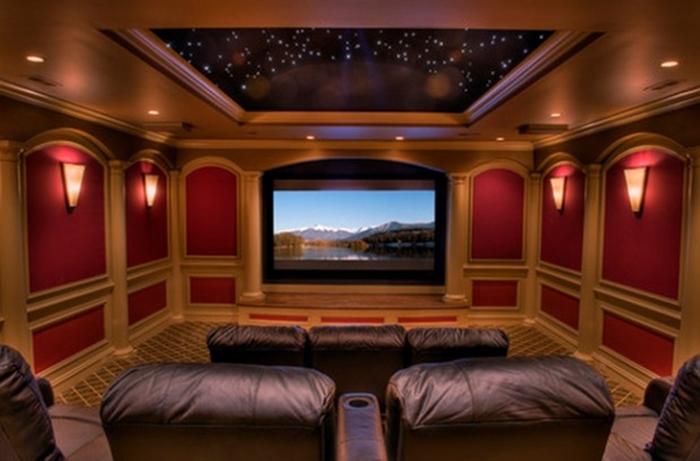 Домашний кинотеатр с потолком. усеянным мерцающими звездами.