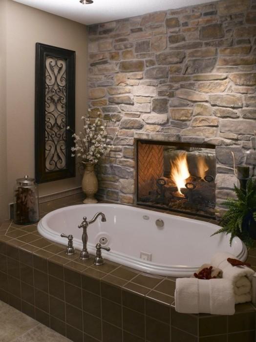 Уютная ванная комната с камином.
