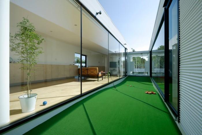 Площадка для игры в гольф в проходе между комнатами.