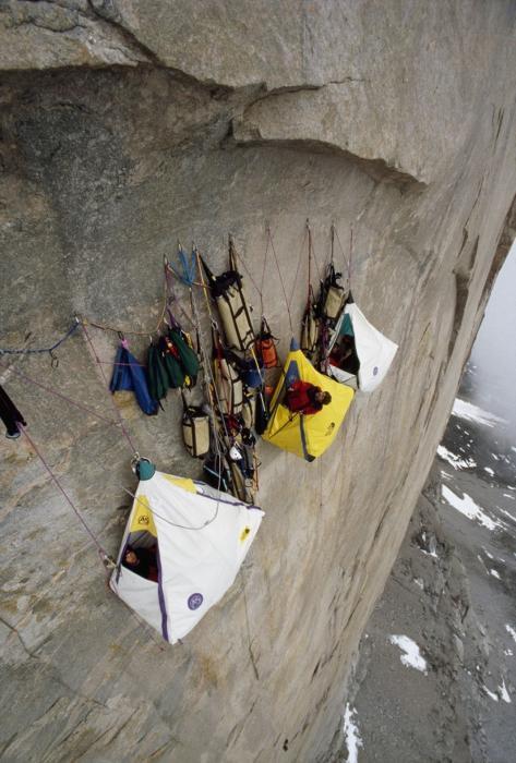 Некоторые альпинисты подвешивают свои палатки, если ночь настигла их в пути.