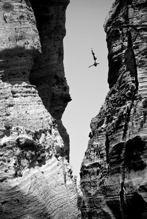 Неизвестно, куда же прыгает этот спортсмен.