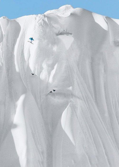 Прокатиться на лыжах с такого склона сможет только настоящий профессионал.