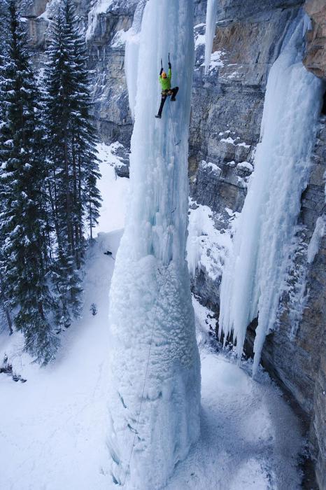 Подъем по замерзшему водопаду.