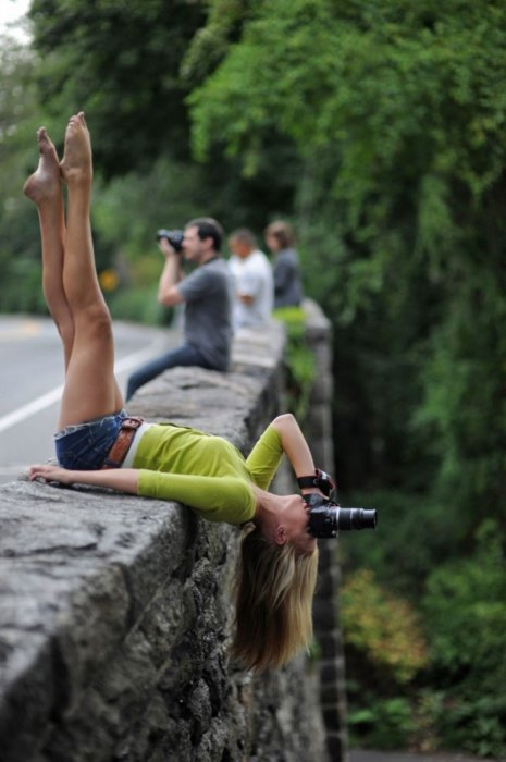 Девушка решила показать какой опасной может быть профессия фотографа.