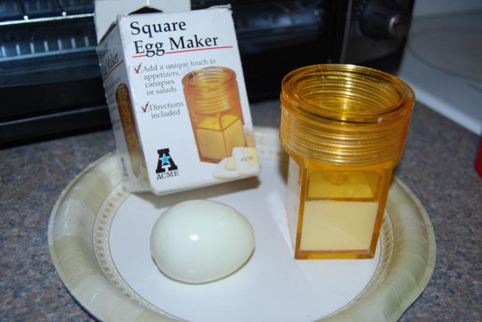 Имея такое приспособление, можно с легкостью получить вареные яйца необычной формы.