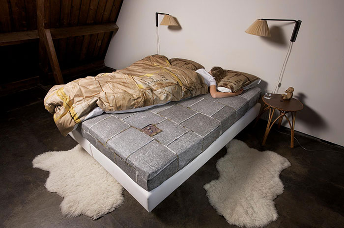 Некоторые просто мечтают о такой мягкой и уютной картонной коробке.