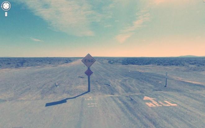 Смешное сочетание надписей на дороге End (конец) и Hell (ад).