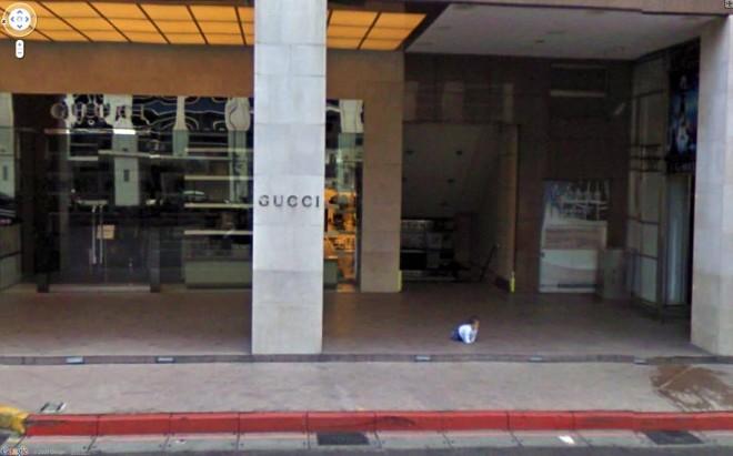 Маленький ребенок потерялся возле магазина Gucci.