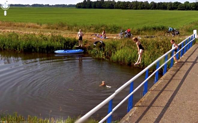 Девочка повисла в воздухе, прыгая с моста.