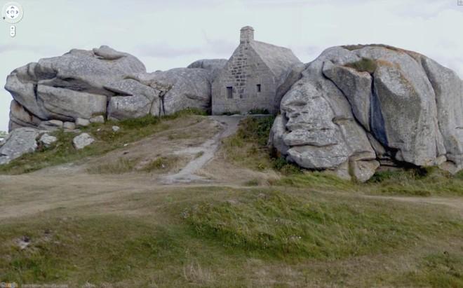 Замаскированный среди скал каменный домик.
