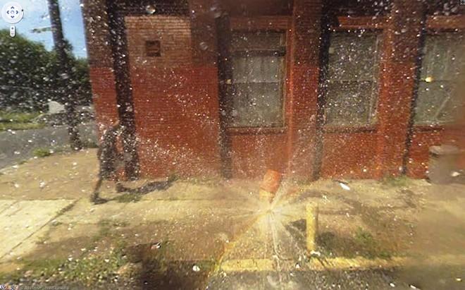 Красивый эффект от распылителя воды для полива газона.