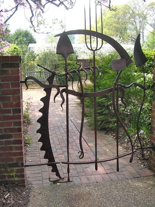 Калитка для сада из ненужных садовых приспособлений.
