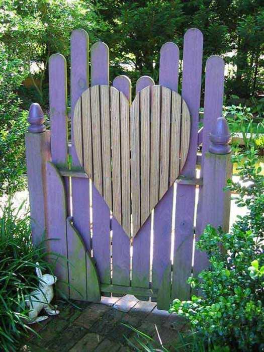Романтическая деревянная калитка с сердцем.