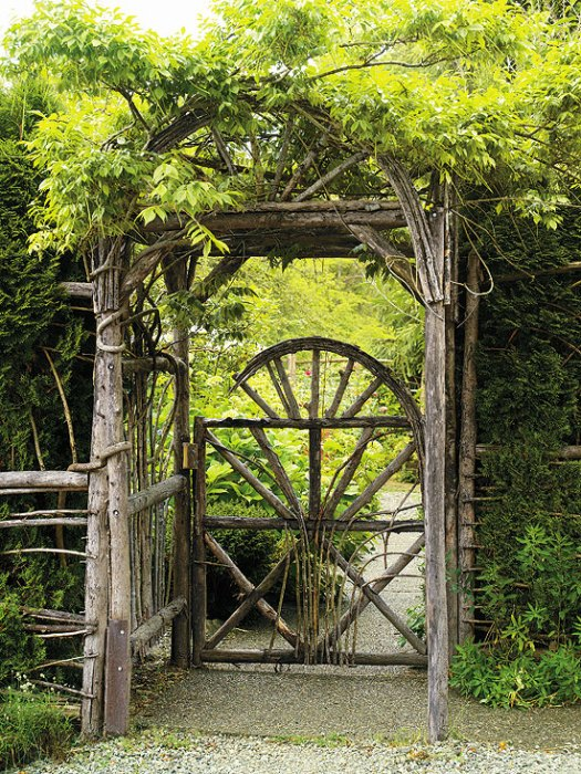 Деревянный проход в сад.