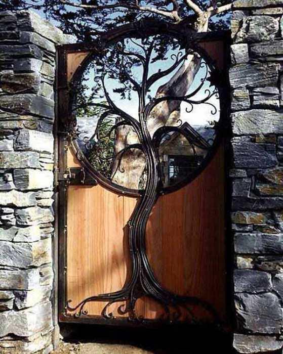 Дерево жизни на калитке в сад.
