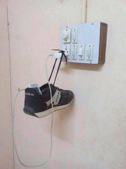 Незачем покупать зарядное устройство с длинным шнуром, когда можно использовать всего один кроссовок.