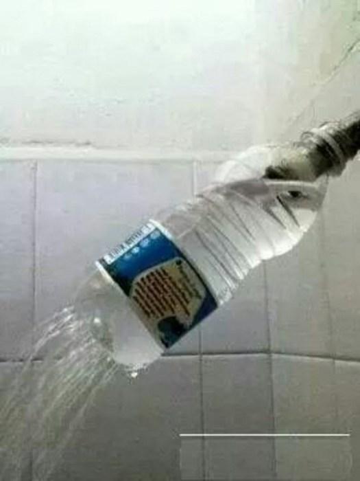 Из простой пластиковой бутылки может получится великолепная насадка для душа.