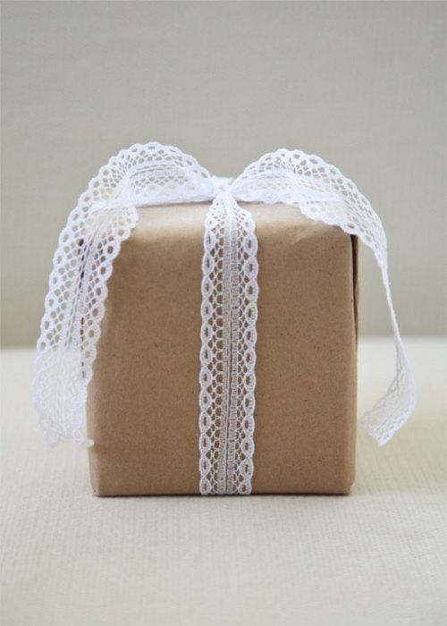 Кружевная тесьма на подарке будет выглядеть очень красиво.