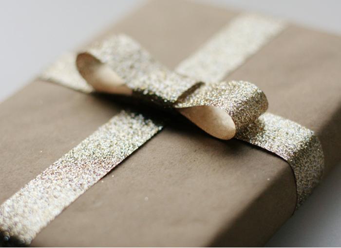 Легкий способ украсить подарок.