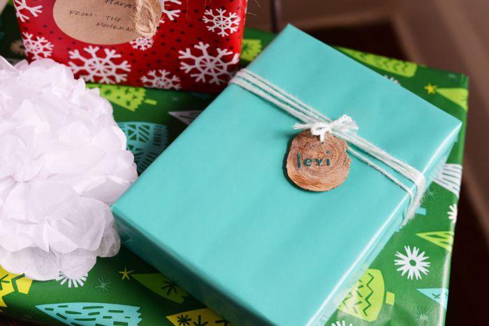 Написанное на кусочке дерева имя получателя подарка.