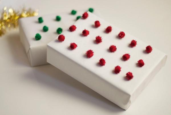 Такие маленькие помпончики можно легко приклеить с помощью ПВА.