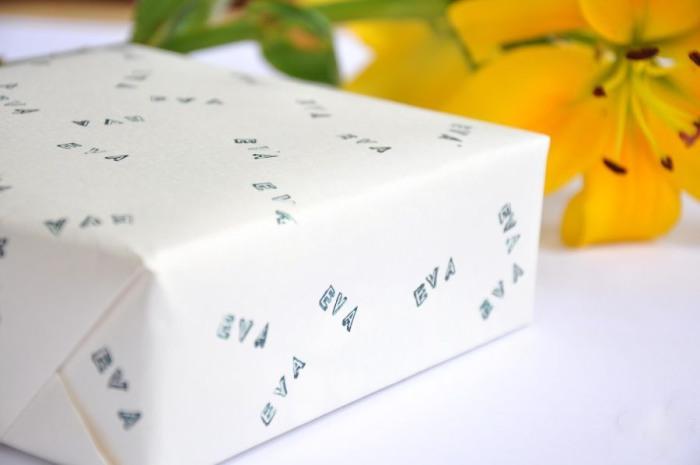 Чем больше печаток будет на обертке подарка, тем оригинальнее получится узор.