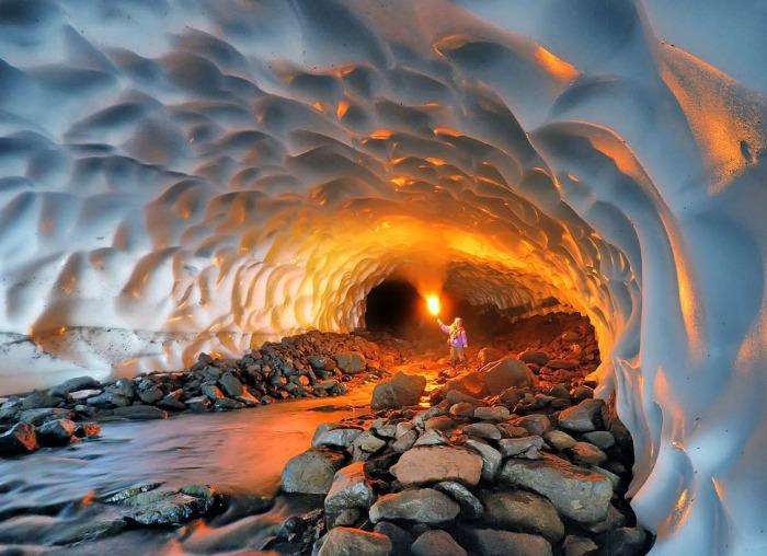 Ледяная пещера на Камчатке возле вулкана Мутновский.