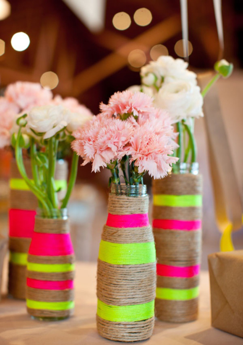 Бечевка вместе с вкраплениями ярких ниток смотрится очень гармонично и прекрасно дополняет красочный букет цветов.