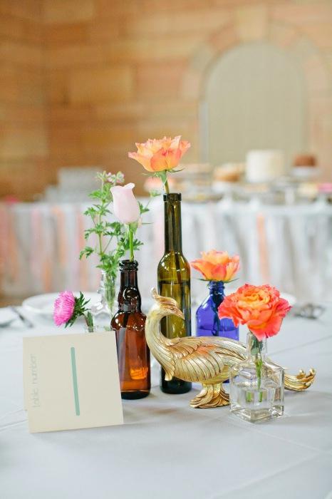Бутылка из синего или красного стекла может стать замечательной вазой для цветов на свадьбе.