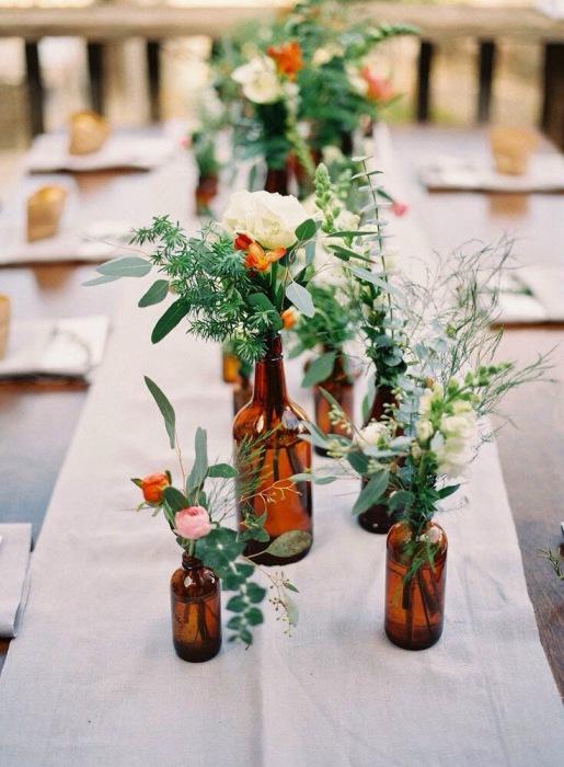 Бутылочный цвет прекрасно сочетается с желтым, красным и оранжевым, поэтому бутылка может стать отличной вазой.