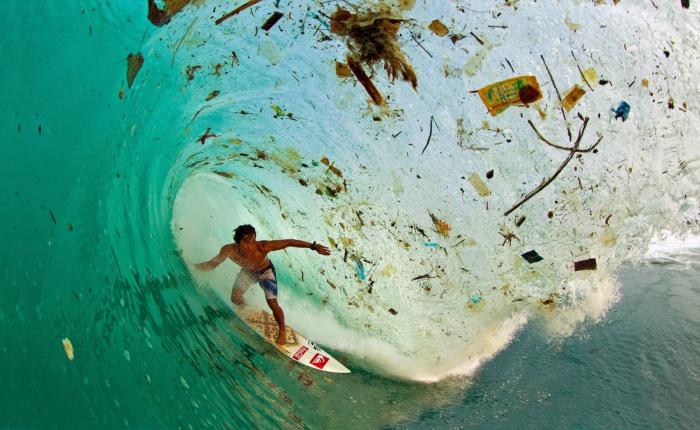 Серфинг на волне, полной мусора, Джава, Индонезия.