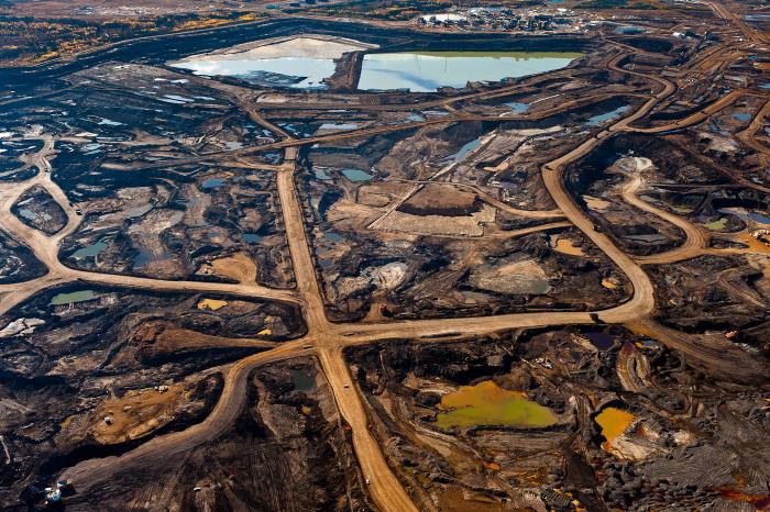 Загрязненная токсическими отходами почва в Канаде.