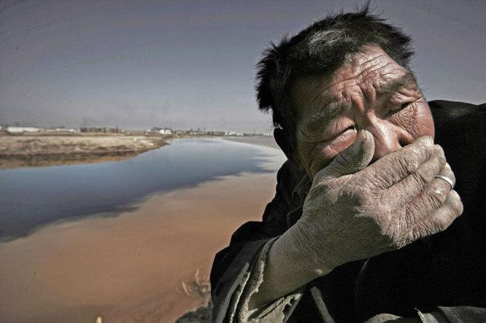 Эта река настолько загрязнена, что дышать возле нее почти невозможно.