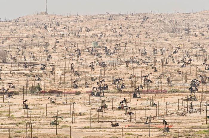 Эксплуатируемое с 1899 года нефтяное месторождение в Америке.