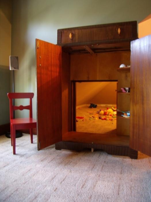 Потайная комната внутри шкафа.