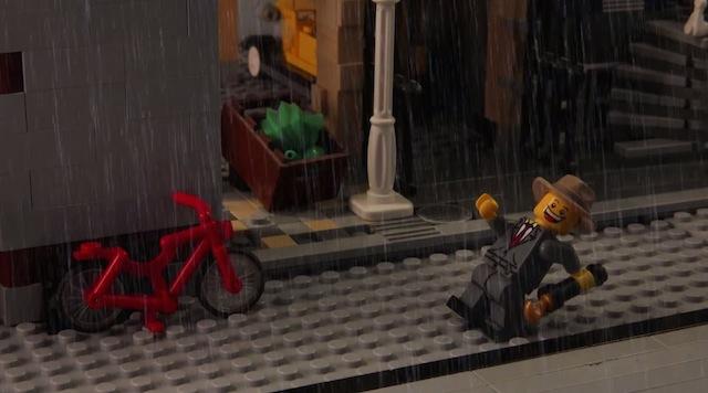 Пластмассовый Френк Синатра поет «под дождем».