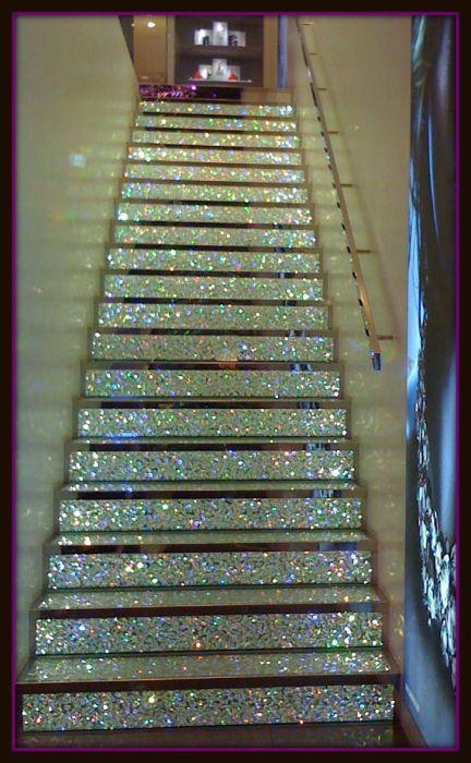 Лестница, сверкающая блестками.