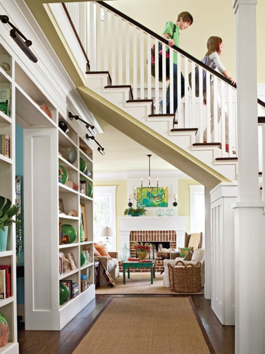 Интересная лестница над коридором.