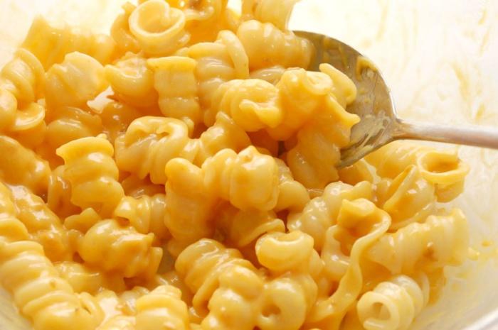 Из макарон, воды, молока и сыра можно приготовить замечательное блюдо в микроволновке.
