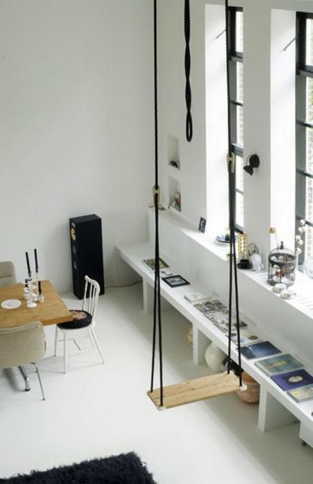 Качели могут замечательно дополнить интерьер. Простая, эстетичная и функциональная деталь в комнате.