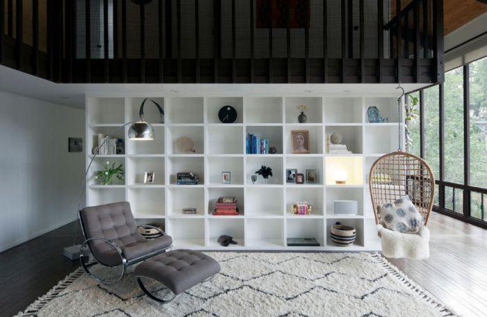 Подвесное кресло-качели замечательно подчеркнет интерьер и выступит в роли современной диковинки в комнате.