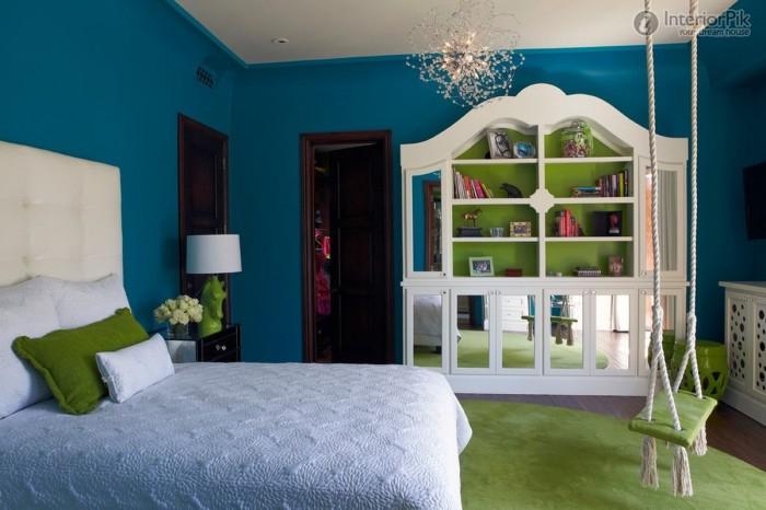 Светло-зеленые качели в тон комнаты.