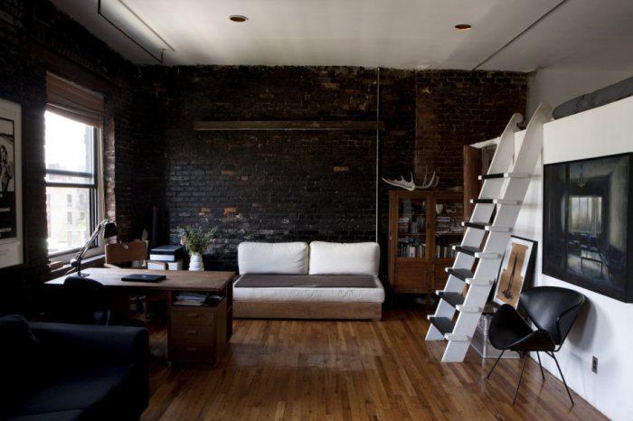Уютная квартира с кроватью под потолком.