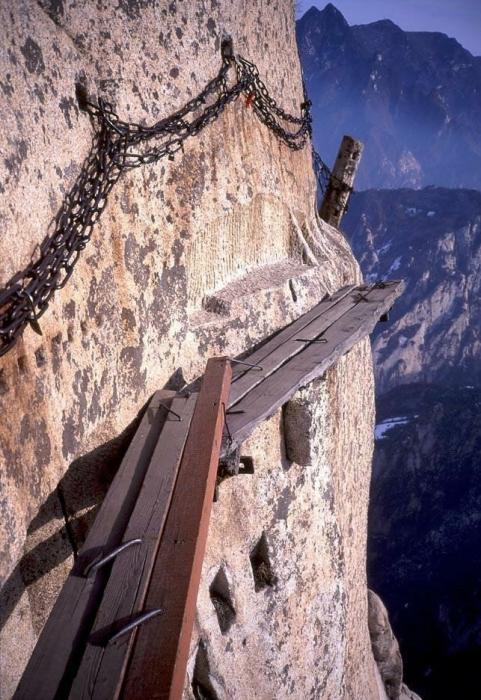 Дорожка из деревянных досок прямо над обрывом высотой в 2 160 метров.
