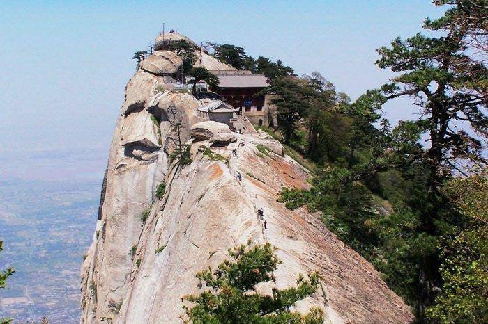 Самая опасная дорога в мире ведет к простому чайному домику, расположенному на вершине горы.